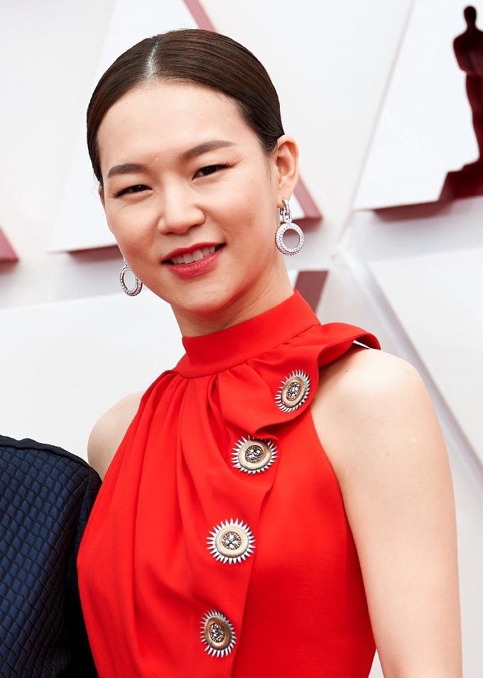 Vogue Singapore April 2021 - best beauty Oscars makeup hair skin actors actress celebrities hollywood - han re-yi minari