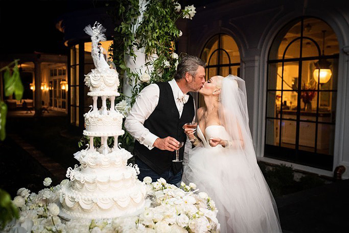 gwen stefani wedding dress kiss