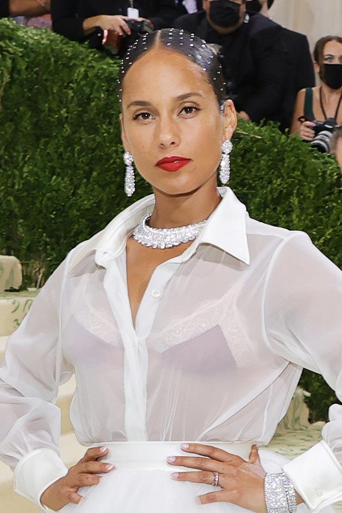 Met Gala 2021 Alicia Keys wears pearls in her hair